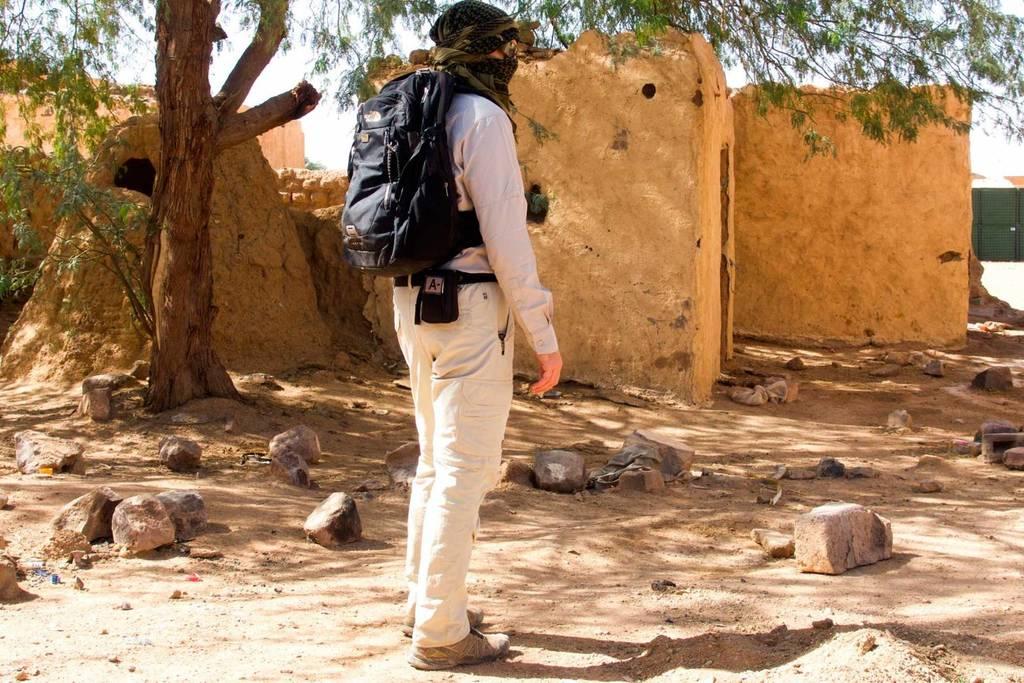 Trousse de premiers soins à la ceinture pour ce marcheur dans le Sahara