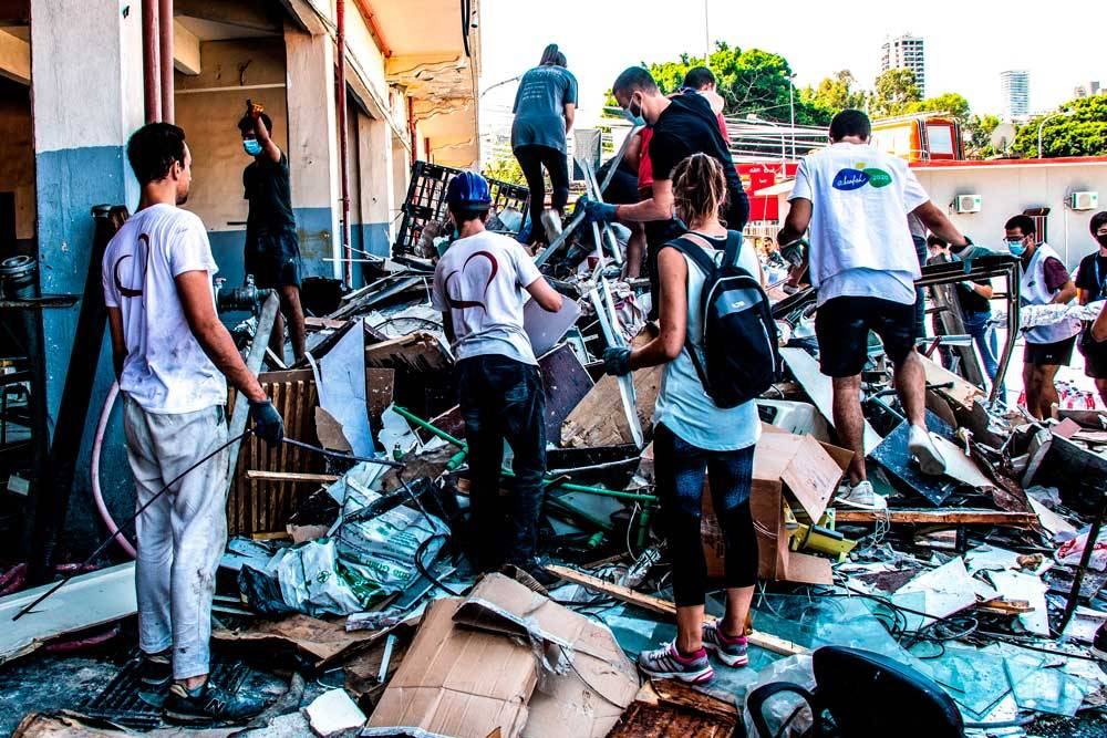 Une équipe de volontaires SOS Chrétiens d'Orient aide dans la caserne des pompiers de Beyrouth